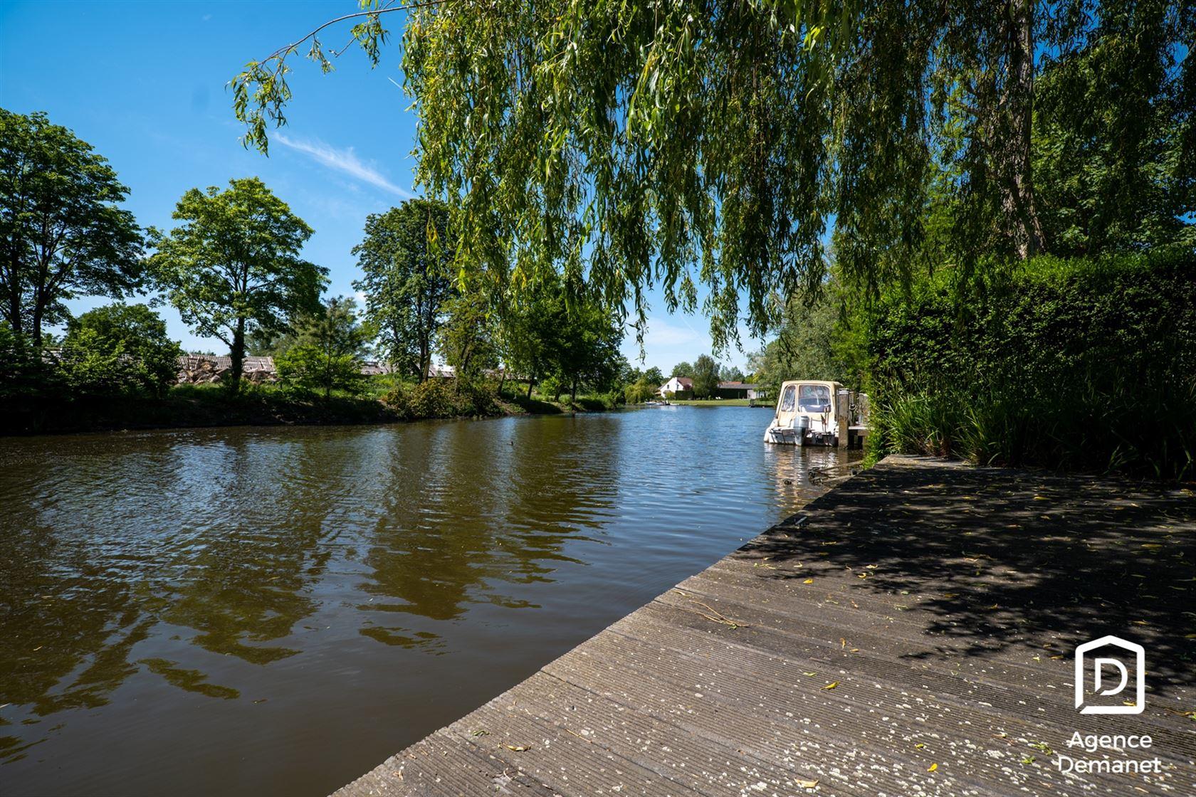 Op zoek naar een unieke locatie aan de Leie? Deze villa gelegen te Drongen met zicht op Sint-Martens-Latem biedt u de mogelijkheid om uw droom in ver...
