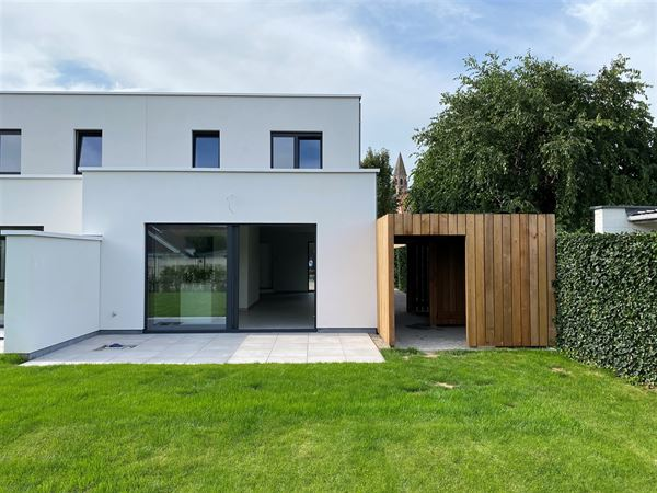 Gelegen in een doodlopende straat te Sint-Martens-Leerne vind u deze nieuwbouw moderne half-open bebouwing. Dit betreft een woning met 146,5 m² bewoo...