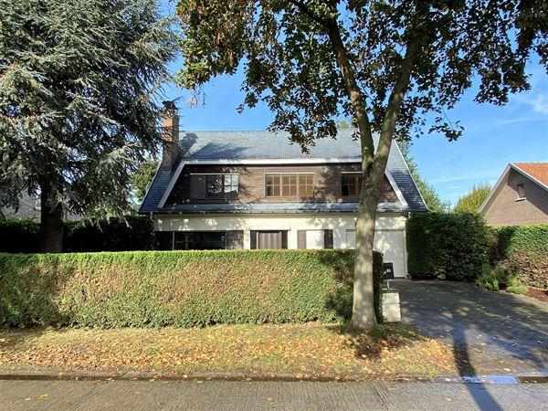 Deze charmante villa bevindt zich in Hooglatem richting De Pinte. De ruime villa is gelegen in een residentiële omgeving en ligt op een boogscheut v...