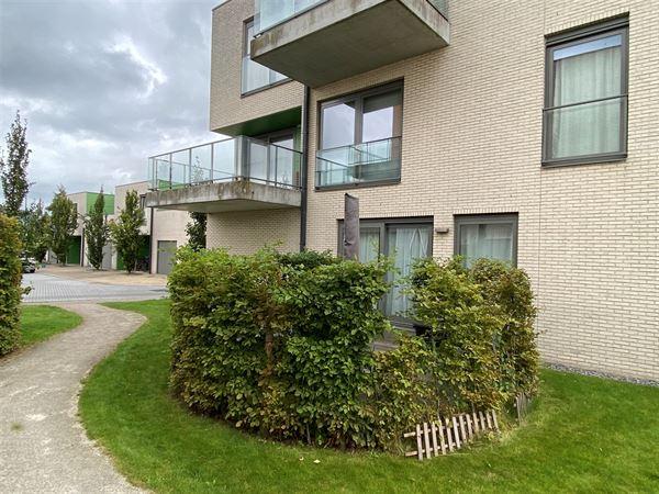Lichtrijk 2 slaapkamer appartement op het gelijkvloers met terras. Het appartement omvat: een  inkomhal met directe toegang tot de ruime leefruimte me...