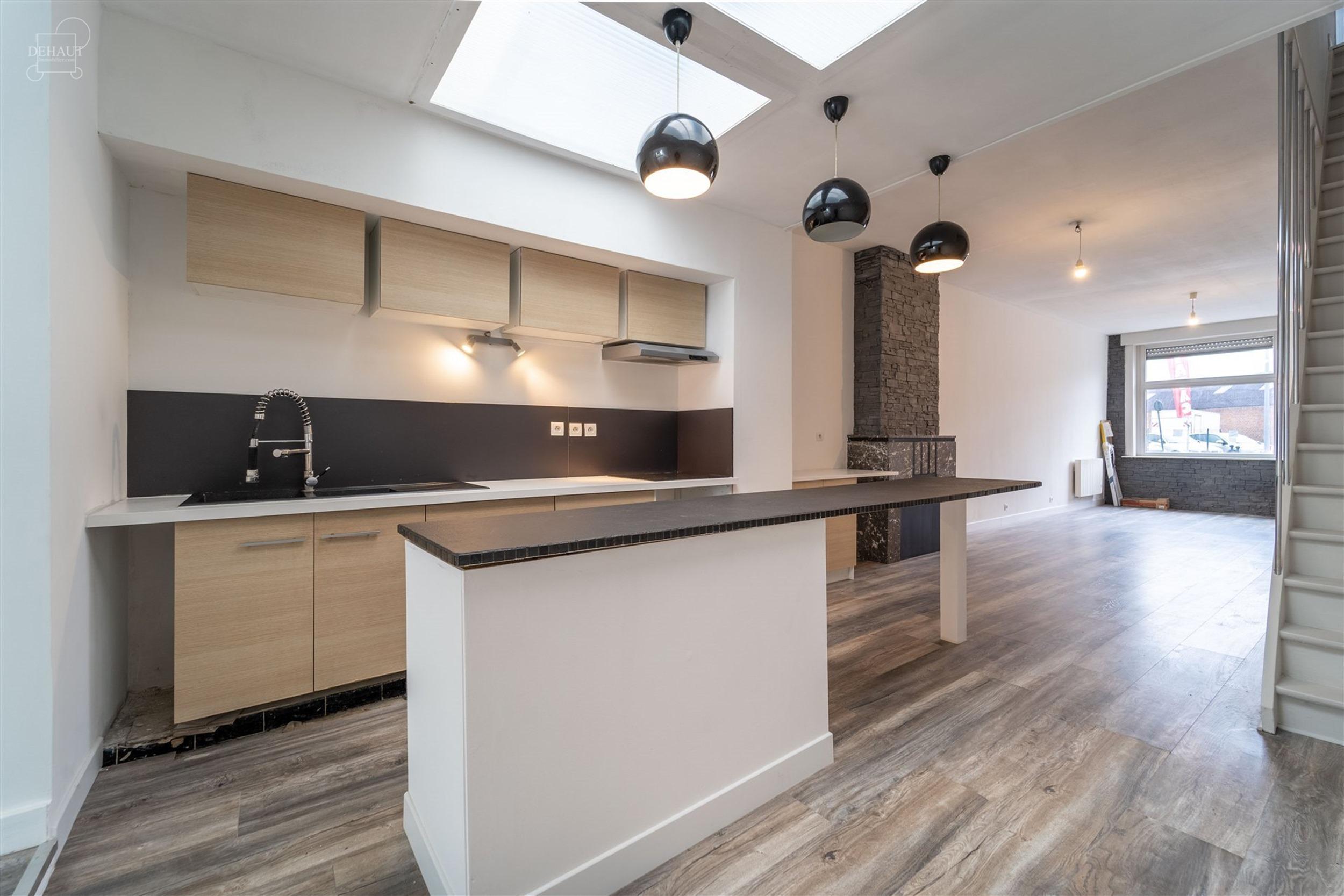 Spacieuse maison de ville proposant un grand séjour ouvert une cuisine meublée, un WC indépendant. A l'étage: une spacieuse salle de bain et 2 cha...