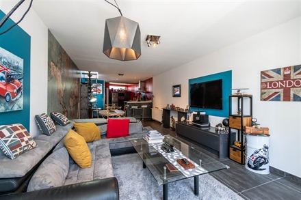 Ancien garage magnifiquement aménagé en loft comprenant un espace de vie ouvert d'env. 50m² avec superbe cuisine équipée de qualité et cellier. ...