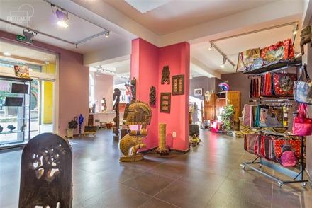 Rez-de-chaussée commercial idéalement situé en centre-ville de Comines composé d'une partie commerce d'env. 98.50m², un espace cuisine, un espace...