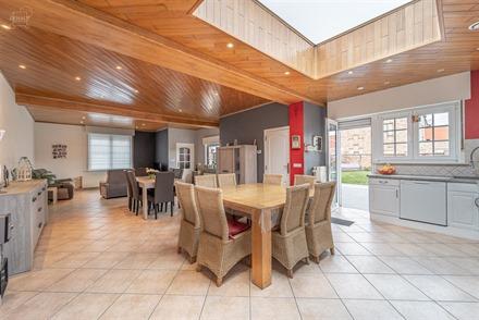 Spacieuse maison rénovée avec garage, jardin et accès latéral proposant un hall d'entrée, un espace de vie d'env. 67.50m² ouvert sur une cuisine...