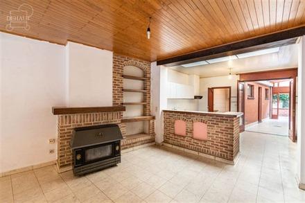 Maison de ville comprenant un hall d'entrée, un séjour ouvert sur une cuisine meublée, une salle de bain, buanderie, véranda, 3 chambres et un bur...