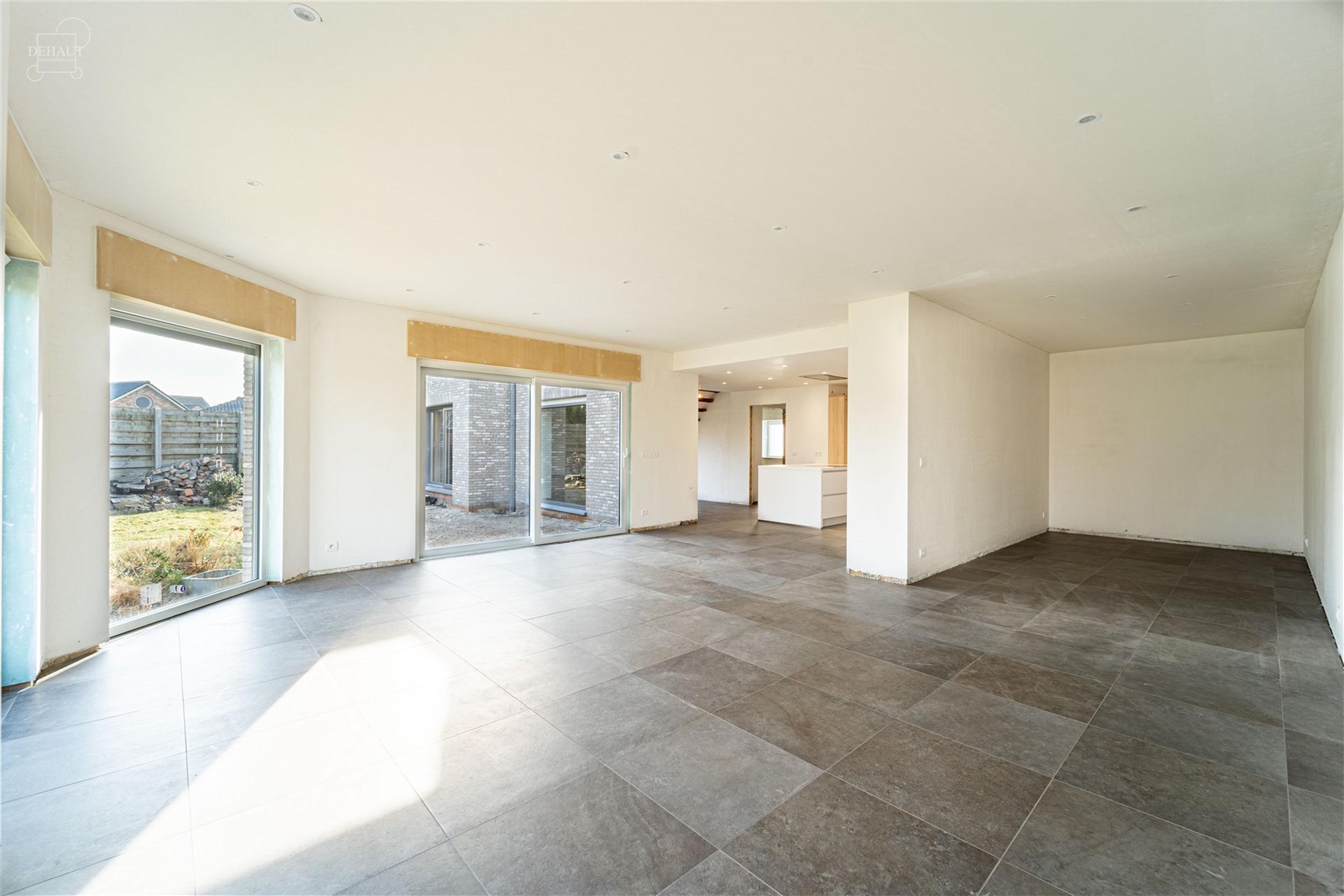 Superbe maison individuelle refaite à neuf avec accès latéral sur env. 654m² de terrain. Travaux à parachever (plinthes, portes, habillage de l'e...