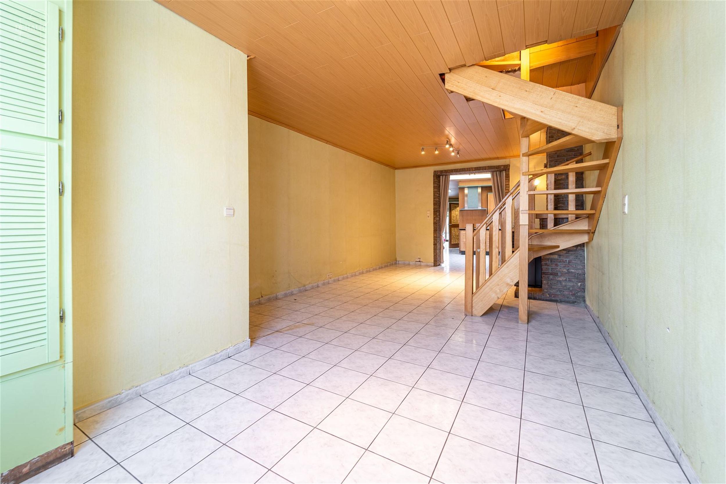 Jolie maison de ville rénovée proposant de très beaux volumes.  Au rez-de-chaussée: hall d'entrée, séjour ouvert sur une cuisine équipée, bua...
