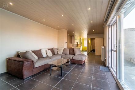 Jolie rénovation de qualité 3 façades sur env. 300m² de terrain avec garage et accès latéral! Propose au RDC un séjour ouvert sur une belle cu...