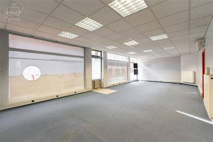 Rez-de-chaussée commercial d'env. 108m² idéalement situé en plein centre-ville de COMINES avec grand espace vitrine, stockage et W...