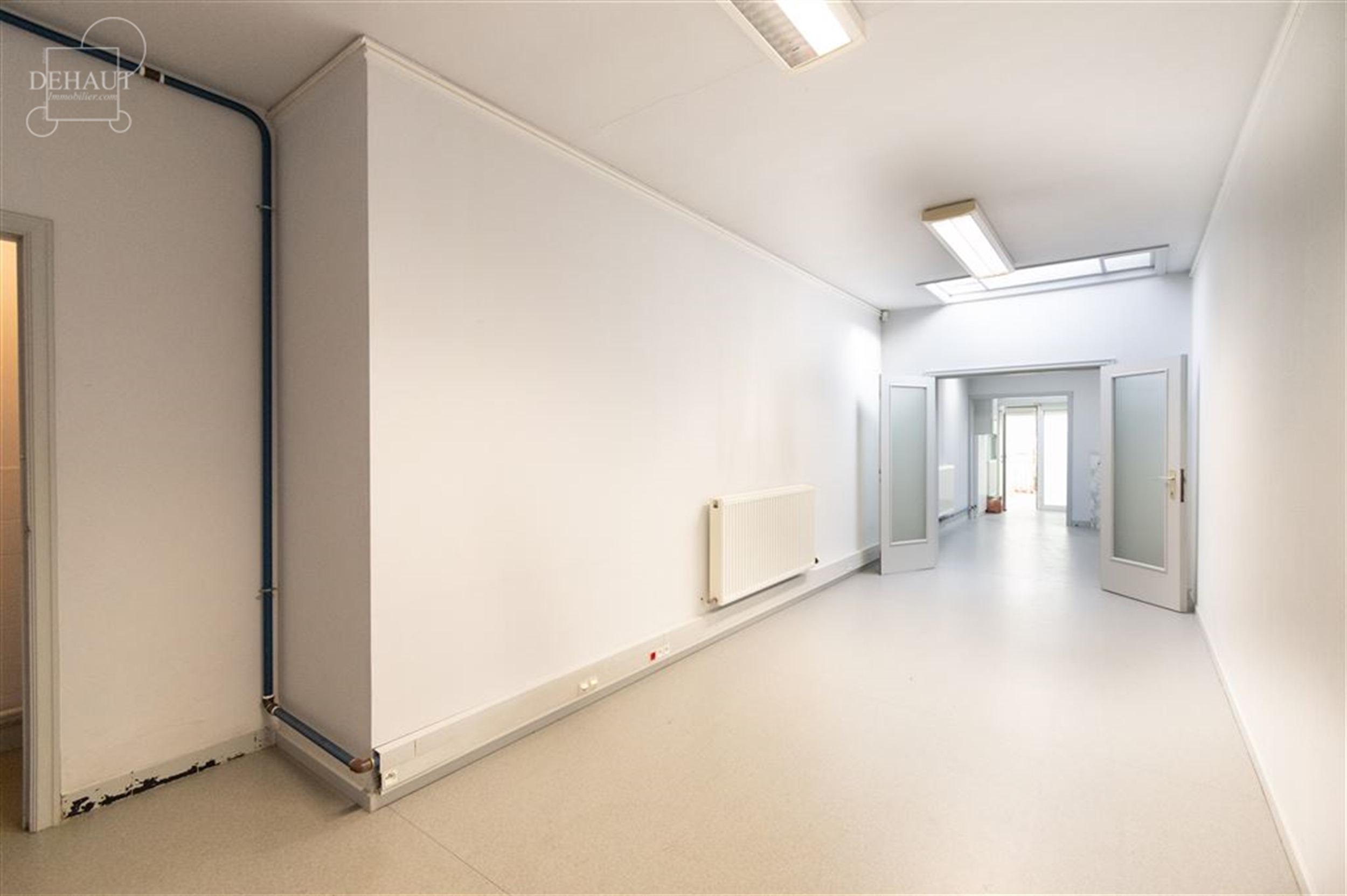 Rez-de-chaussée commercial d'env. 108m² idéalement situé en plein centre-ville de COMINES avec grand espace vitrine, stockage et WC. Disponible im...