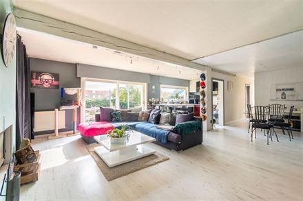 Plain-pied semi-individuel à rénover sur env. 538m² de terrain.  Comprend un spacieux espace de vie ouvert sur une cuisine semi-équipée, un hall...