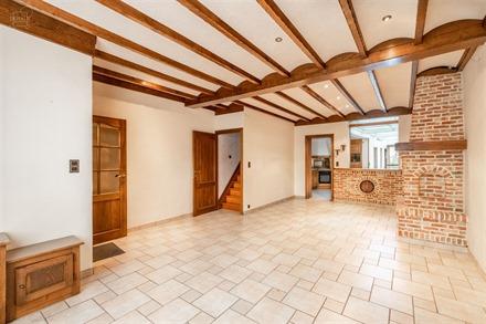 Charmante zeer goed onderhouden herenhuis bestaande uit een inkomhal, een ruime woonkamer, een ingerichte keuken, een doucheruimte, aparte WC, 3 slaap...