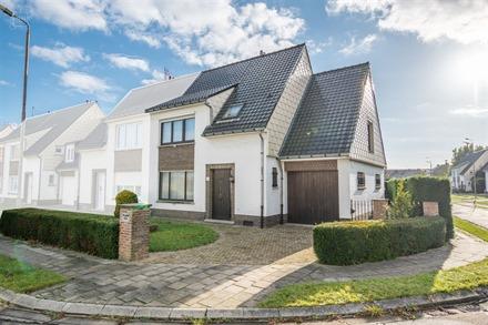 Maison 3 façades avec garage attenant située au calme. Comprend un hall d'entrée desservant un séjour avec foyer ouvert, une cuisine équipée, WC...