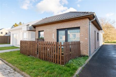 Superbe petite maison en plain-pied avec garage non-attenant dans une résidence calme et sécurisée à proximité du centre ville et de toutes commo...