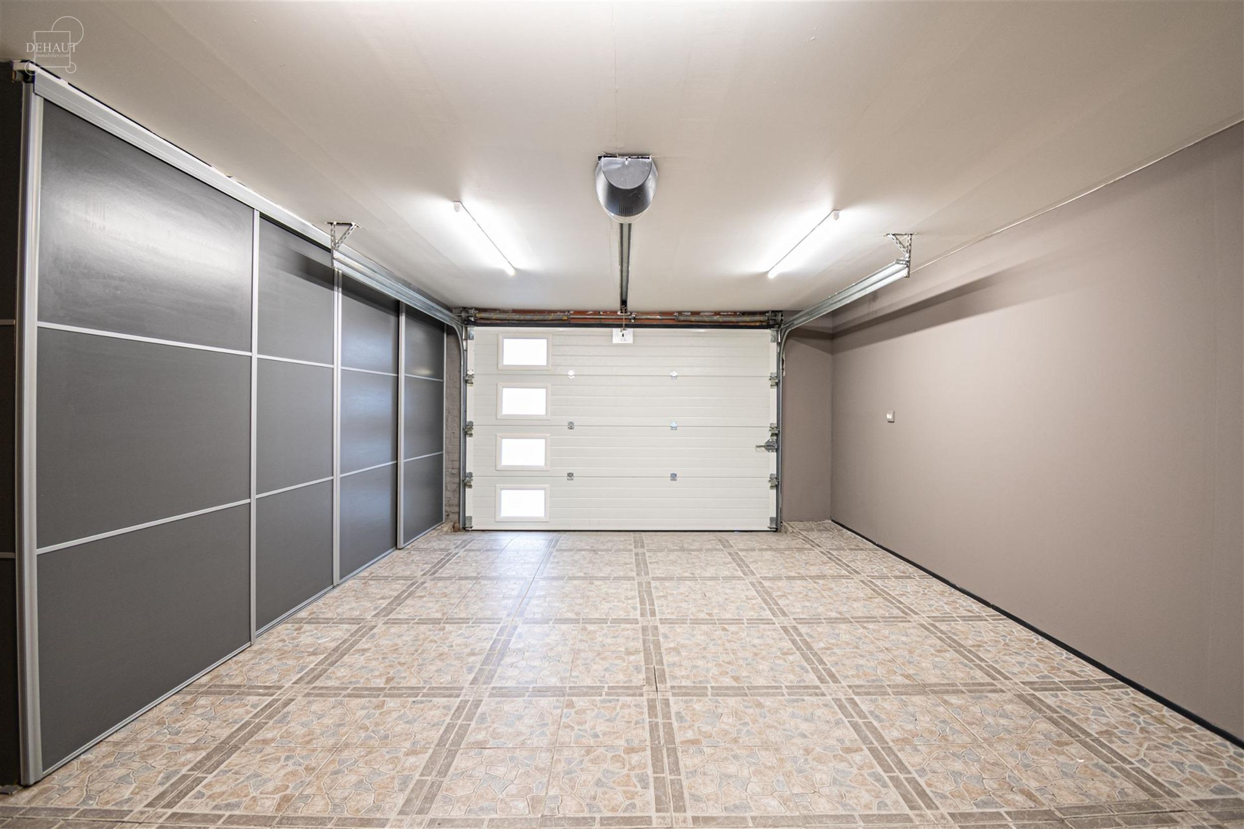 Jolie maison proposant de beaux volumes, 3 chambres et un garage! Elle propose un hall d'entrée desservant un séjour ouvert sur cuisine équipée, ...