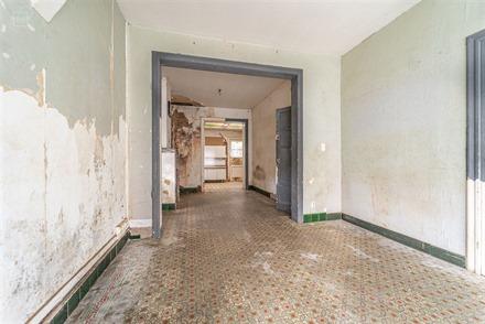 Maison de ville 3 façades à rénover comprenant un hall d'entrée, salon, séjour, cuisine simple, WC indépendant, cave, salle de bain, 3 chambres ...