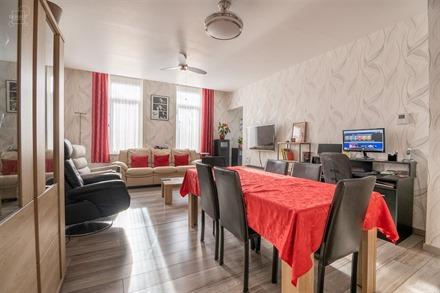 Très bel appartement 2 chambres situé dans un immeuble entièrement rénové au coeur de la ville avec ascenseur. Cave privatif en sous-sol. Tout co...