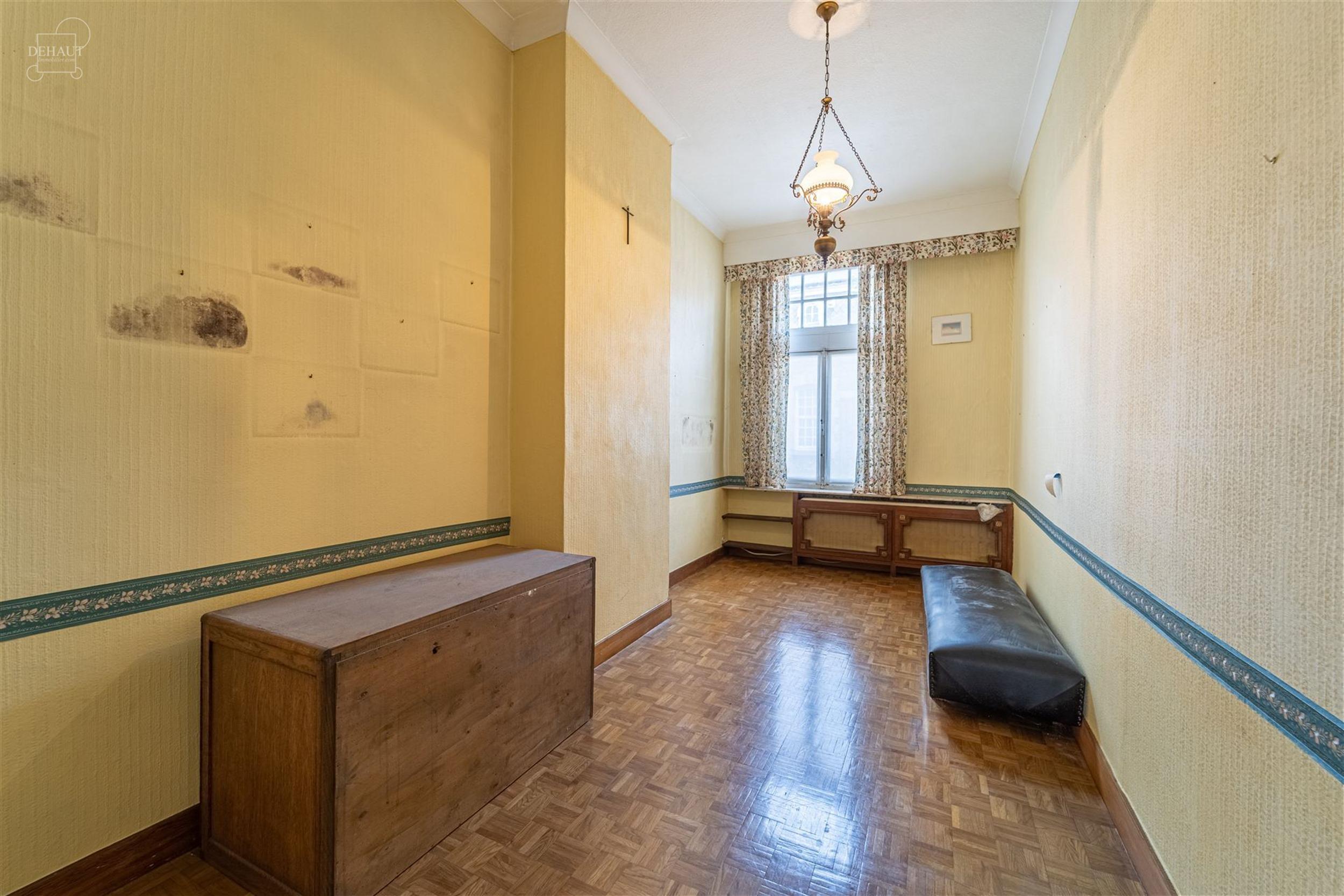 Ensemble immobilier situé au coeur de la Ville de Comines. Comprend une magnifique maison bourgeoise 3 façades d'env. 274m² de superficie habitable...