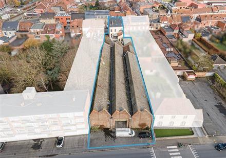 Vastgoedcomplex gelegen in het hart van de stad Komen. Bevat een prachtig burgerlijk huis met 3 gevels van ong. 274m² woonoppervlak met zijtoegang en...