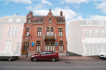 Splendide maison bourgeoise 3 façades avec accès latéral sur une parcelle de 604m² située en plein centre-ville de COMINES! 274m² de superficie...