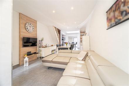 Jolie maison de ville 3façades rénovée proposant un hall d'entrée desservant un séjour ouvert sur cuisine équipée et arrière cuisine, salle de...