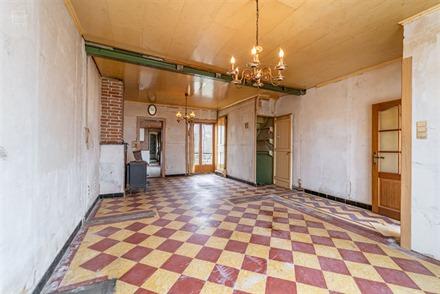 Large maison de ville 3 façades à rénover comprenant un hall d'entrée, salon, séjour, cuisine simple, salle de bain, W.C., 2 chambres et grenier ...