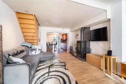 Agréable maison de ville rénovée proposant un bel espace de vie ouvert sur cuisine équipée, arrière cuisine, spacieuse salle de bain, WC indépe...