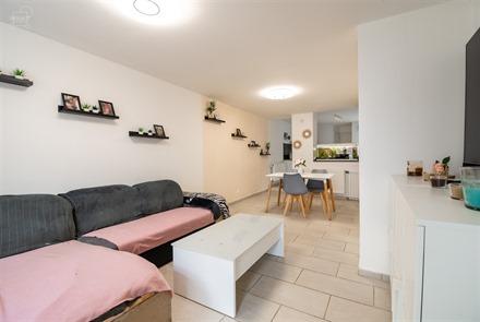 Mooi gerenoveerd woning dicht bij het stadscentrum, scholen en alle voorzieningen.  Omvat een inkomhal, woonkamer, keuken, badkamer, apart toilet, 3 ...