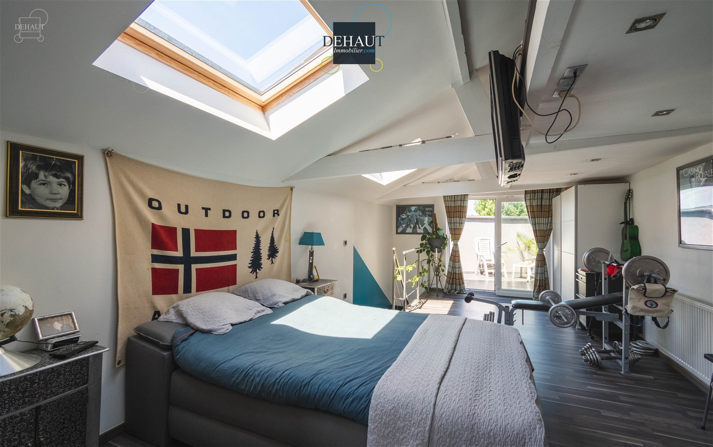 Superbe loft comprenant un espace de vie ouvert d'env. 50m² avec superbe cuisine équipée de qualité et cellier. A l'étage : une belle chambre ave...