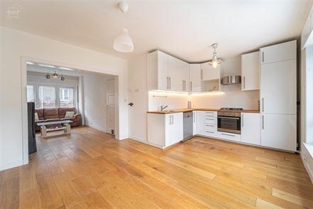 Jolie maison bel-étage située à 2 pas du centre-ville proposant 3 chambres, 2 salles de bains, un jardin et un garage! Bel espace de vie d'env. 30...