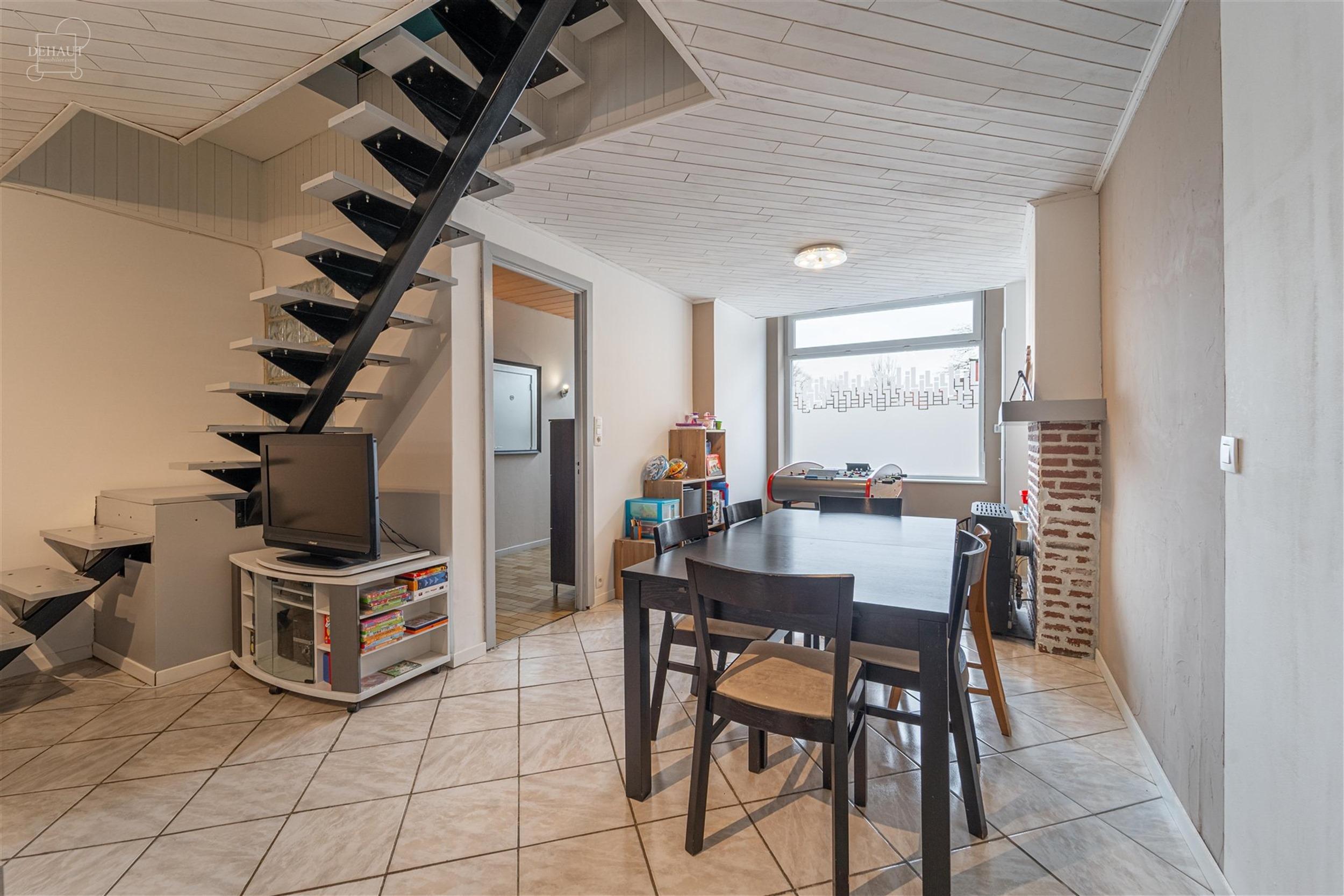 Maison de ville rénovée proposant un bel espace de vie ouvert sur une cuisine semi-équipée, salle de bain, WC indépendant et 4 chambres. Jardin e...