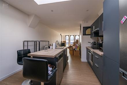 Lumineux appartement duplex situé sur la Place du Marché. Espace de vie ouvert sur cuisine full équipée avec ilot central, salle de douche avec me...