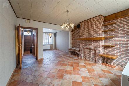 Jolie maison semi-mitoyenne avec accès latéral sur env. 420m² de parcelle de terrain. Propose un hall d'entrée desservant un joli et lumineux sé...