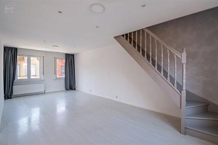 Bel appartement au 1er étage d'un immeuble situé à proximité du centre-ville de Le Bizet.  Comprend un spacieux séjour ouvert sur cuisine équip...
