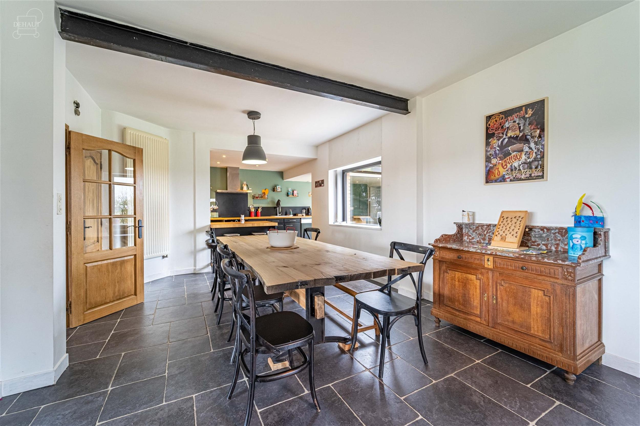 Superbe maison semi individuelle avec garage et parking privé en devanture. Comprend au rez-de-chaussée : un hall d'entrée, un spacieux séjour ouv...