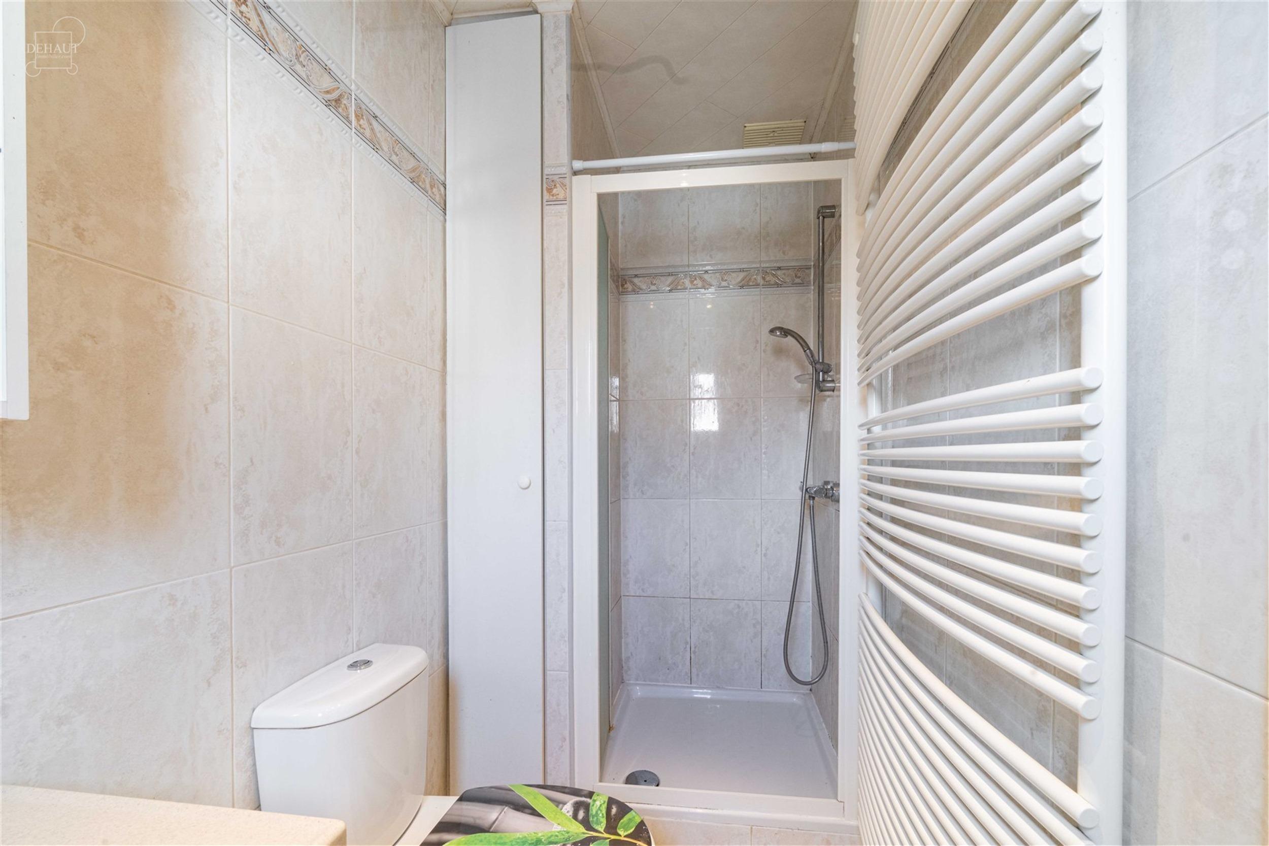 Maison de ville proposant un hall d'entrée, un séjour d'env. 29.20m², une cuisine équipée, salle de bain avec douche, meuble vasque et WC, 2 cham...
