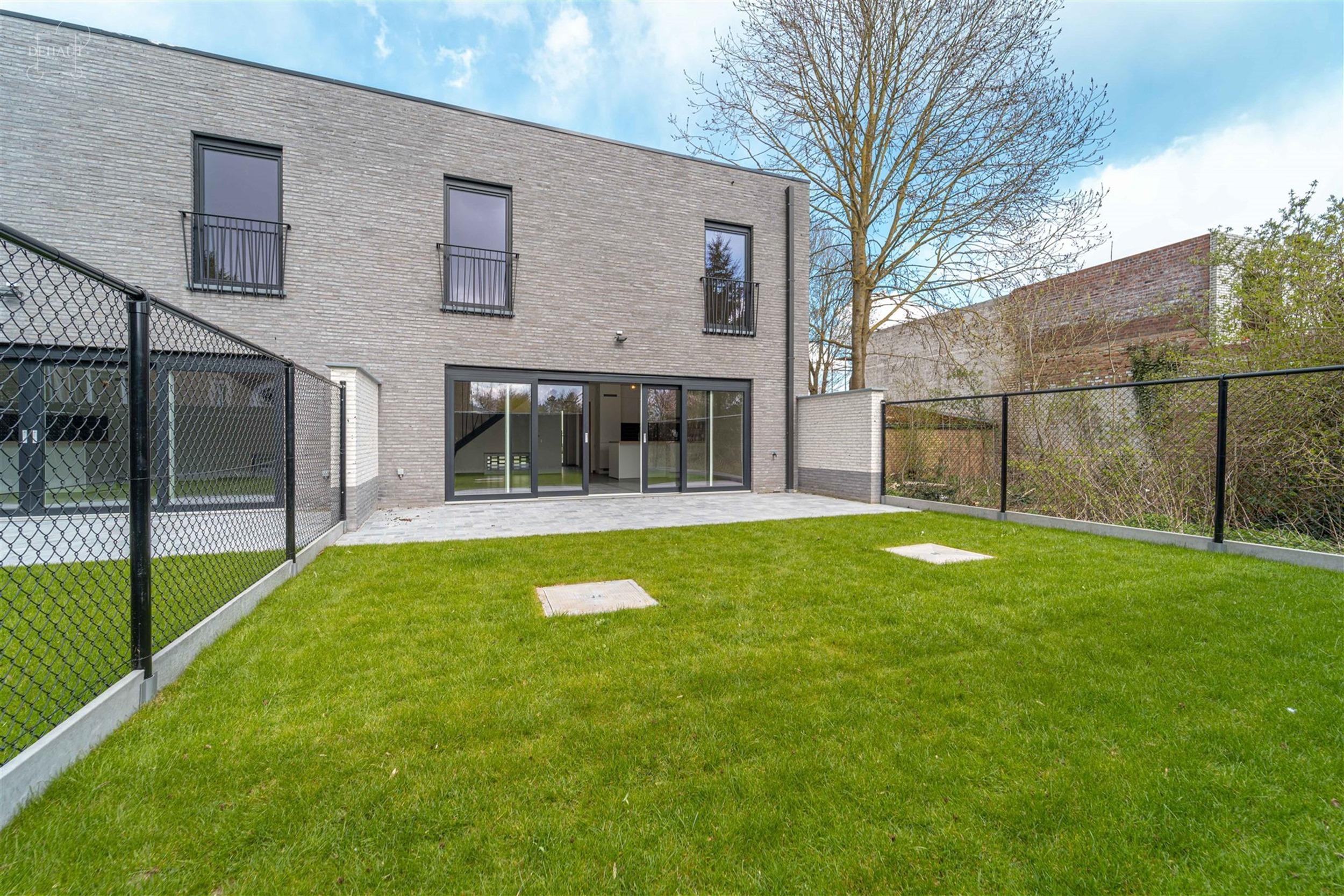 Magnifique maison 3 façades de style contemporain avec parking couvert en devanture. Cette nouvelle construction basse consommation comprend un spaci...