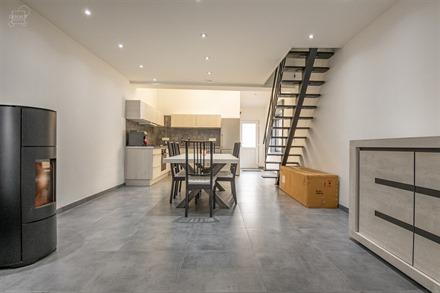 Superbe maison entièrement rénovée avec grand jardin, accès latéral et garage. Comprend un hall d'entrée, un bel espace de vie ouvert sur une cu...