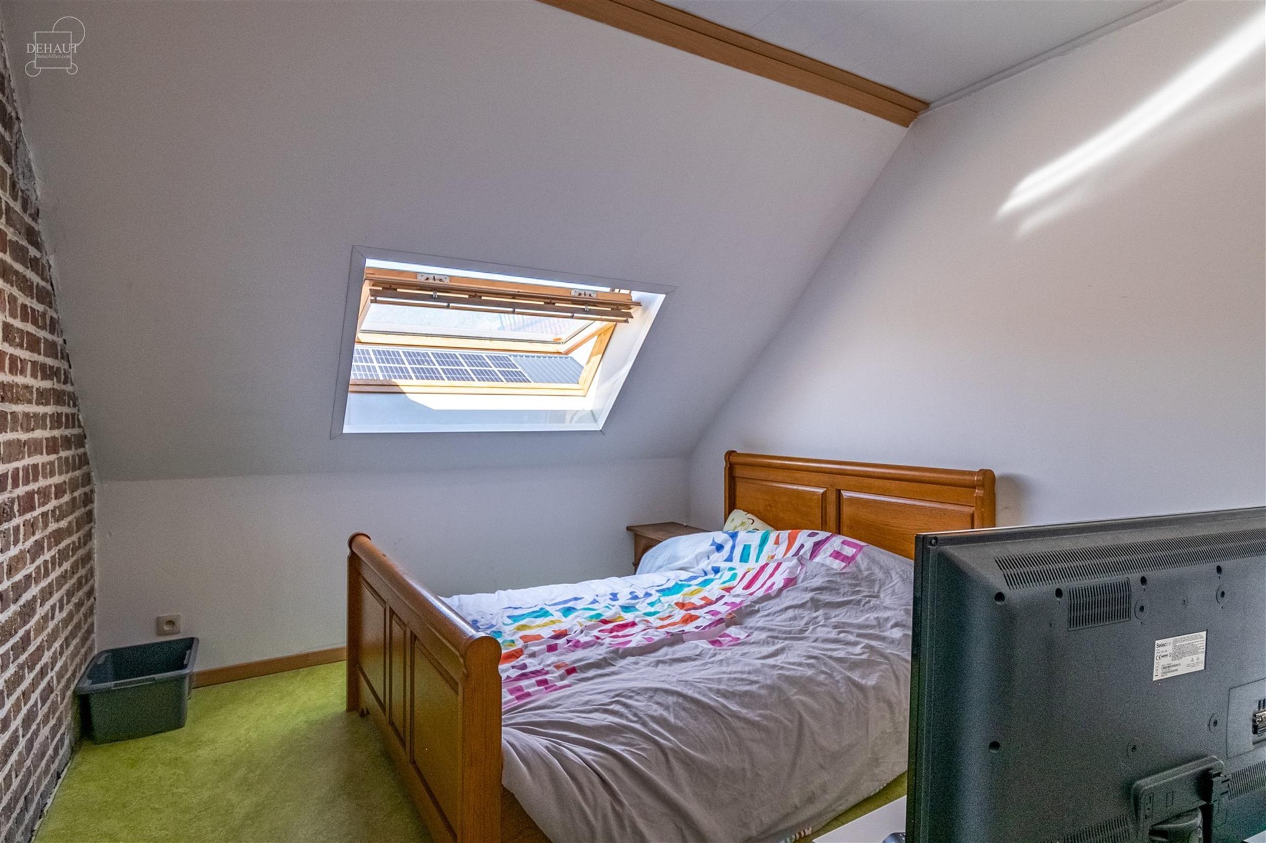Bel appartement au 1er étage idéalement situé dans une rue calme. Propose un espace de vie ouvert sur une cuisine équipée, un espace en mezzanine...