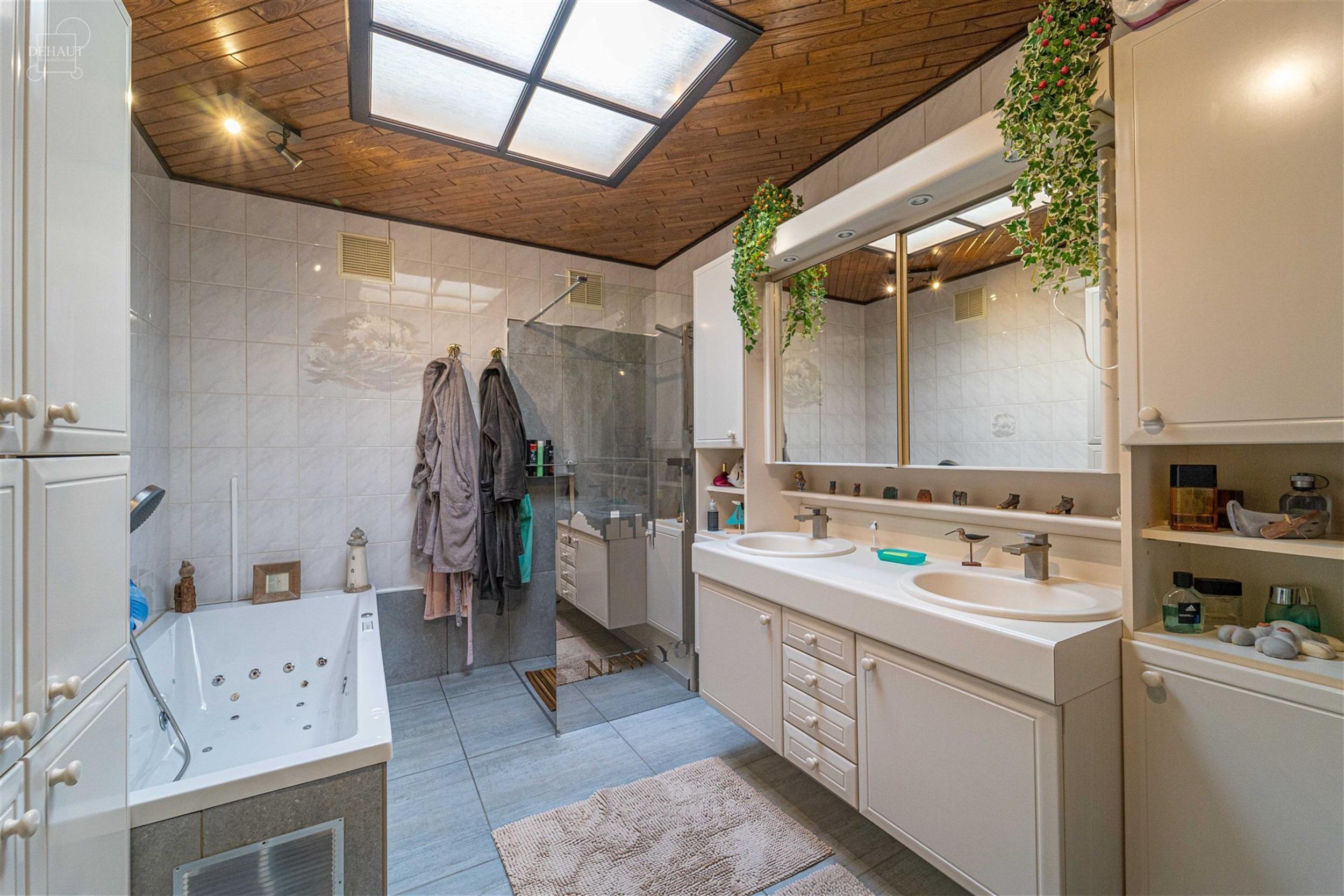 Grande maison 3 façades avec garage, 5 chambres et agréable jardin avec terrasse et vivier située dans une rue calme. Propose un hall d'entrée, be...