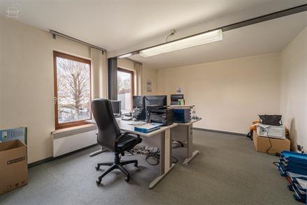 Bureau/local d'env. 31.30m² au 1er étage d'un immeuble situé en plein centre-ville de Comines. Nombreuses possibilités: profession libérale, bure...