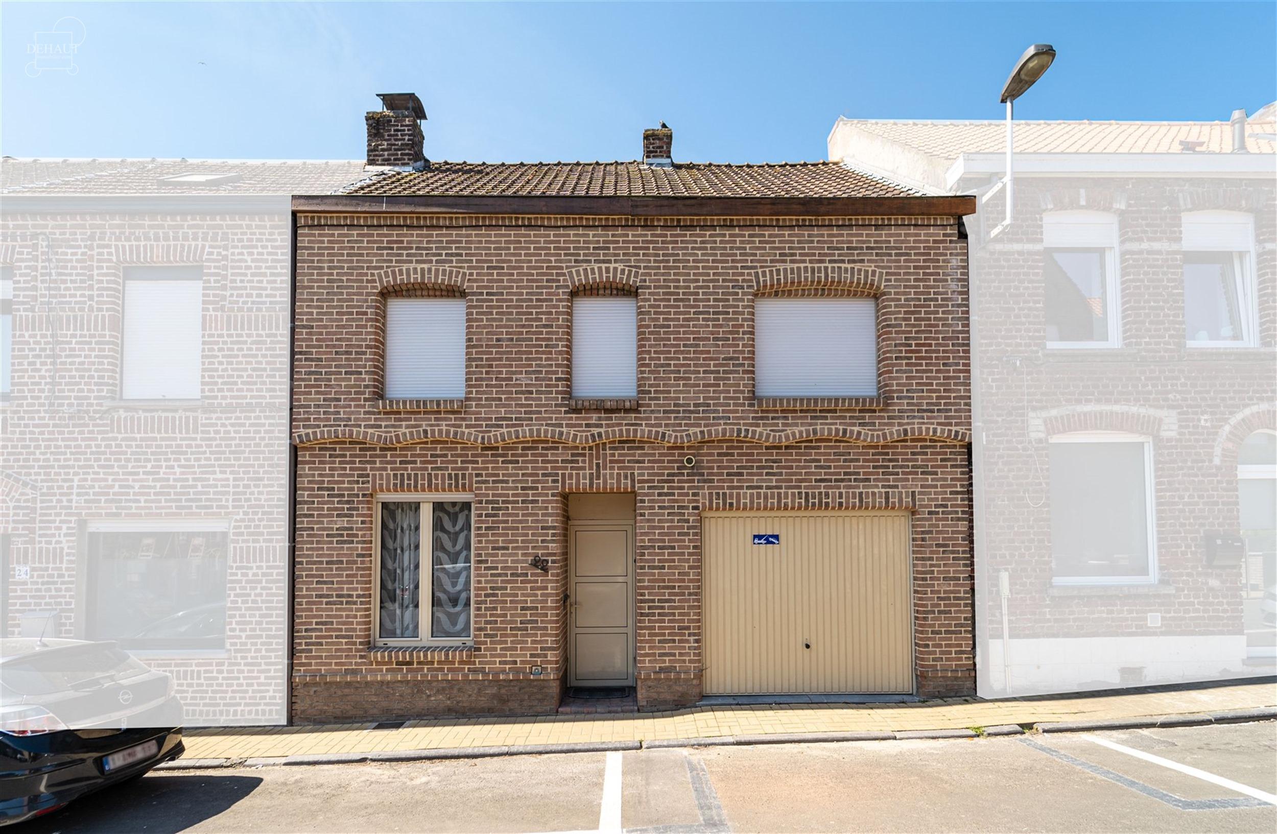 Jolie et large maison avec jardin et garage disposant de beaux volumes et située dans une rue prisée de Warneton!  Propose un hall d'entrée desser...
