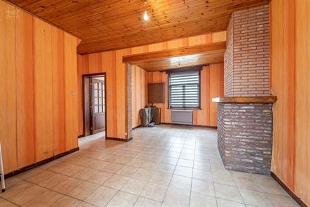Charmante maison à rénover située dans une rue calme de WARNETON à proximité du Quai Verboekhoven.  Dispose d'une partie salon/salle à manger, ...