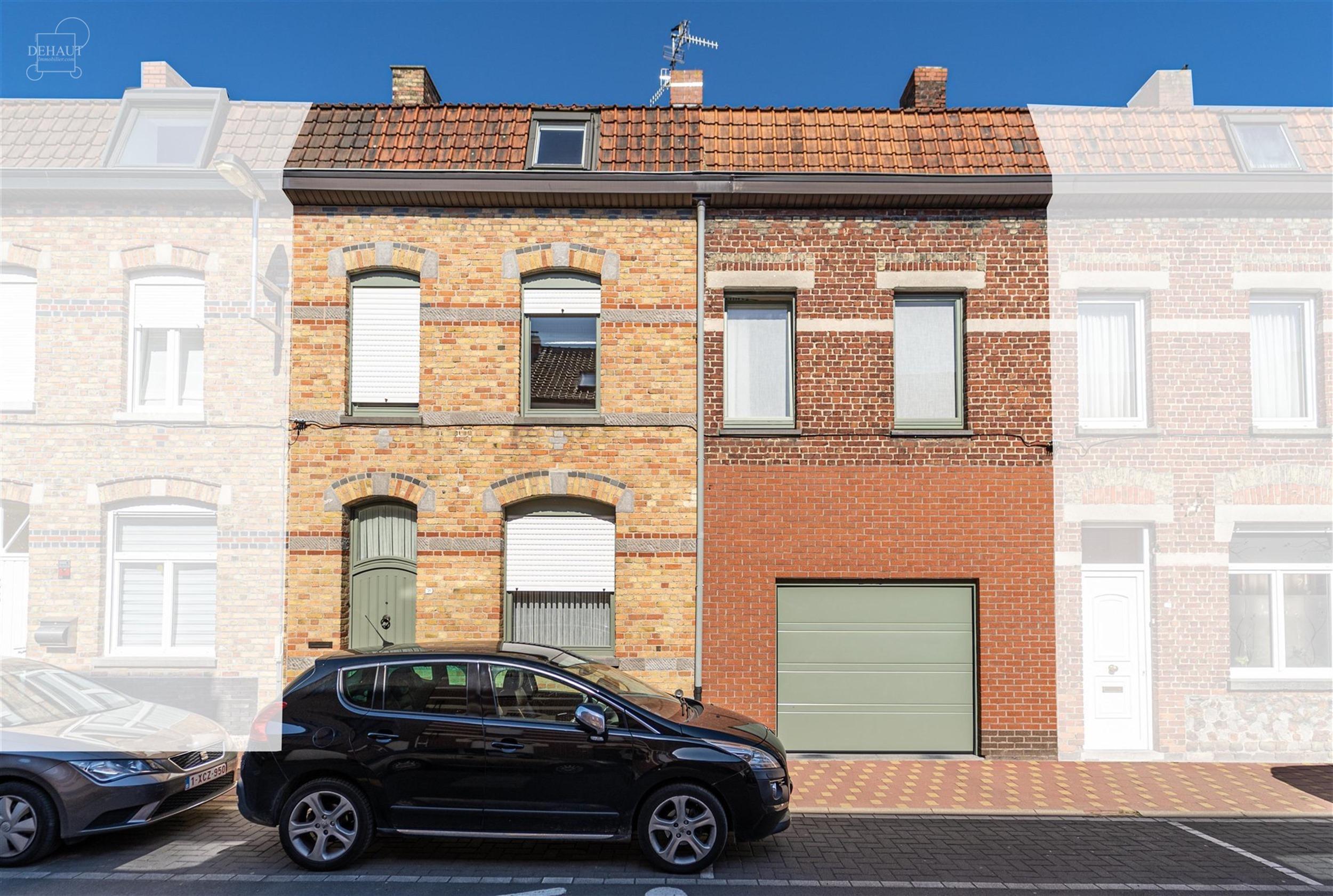 Vaste maison de ville 5 chambres possibilité plus avec garage et jardin, idéalement située à proximité du centre-ville et des écoles.  Comprend...