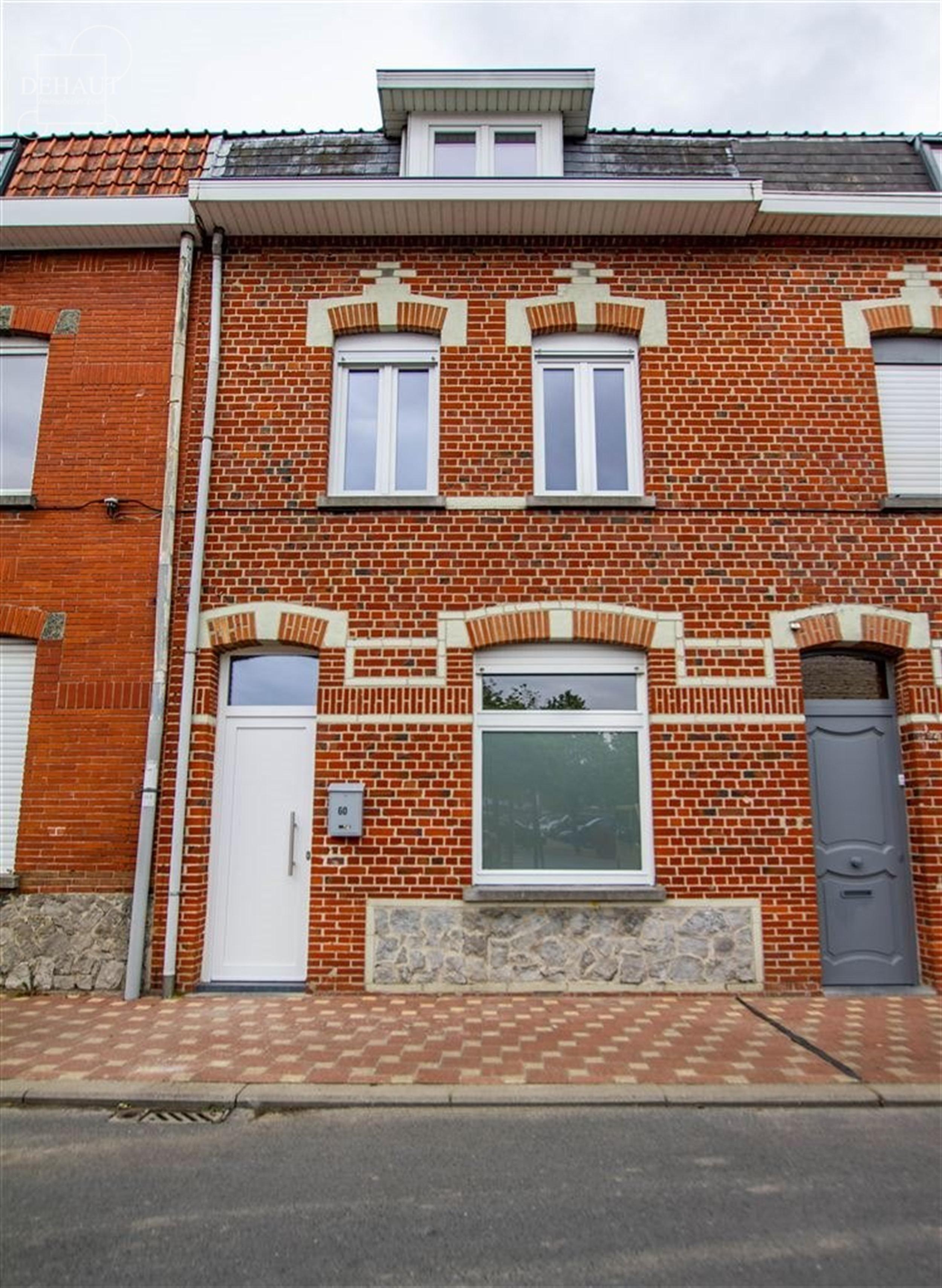 Superbe maison de ville entièrement rénovée avec garage non-attenant idéalement située en centre-ville de Comines, au calme avec parking du pont-...