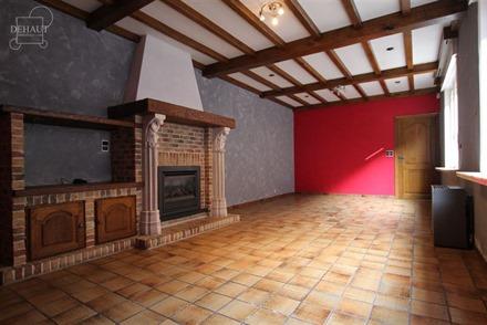 Grande maison mitoyenne située au coeur du village d'Houthem proposant de beaux volumes comprenant 2 séjours, cuisine entièrement équipée, 2 buan...