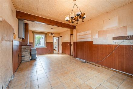 Maison 3 façades à rénover avec large accès latéral et carport (possé garage) sur env. 480m² de terrain ! Dispose d'un hall d'entrée desservan...