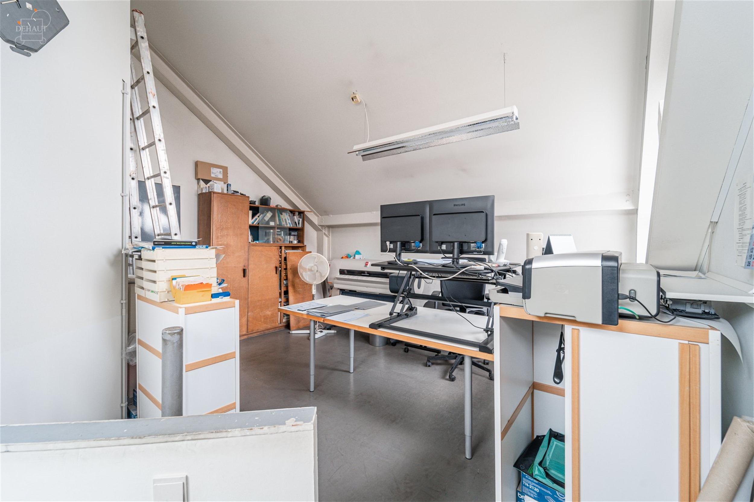 Bureau/local en duplex d'env. 94.70m² au 1er étage et 2ème étage d'un immeuble situé en plein centre-ville de Comines.  Actuellement décomposé...