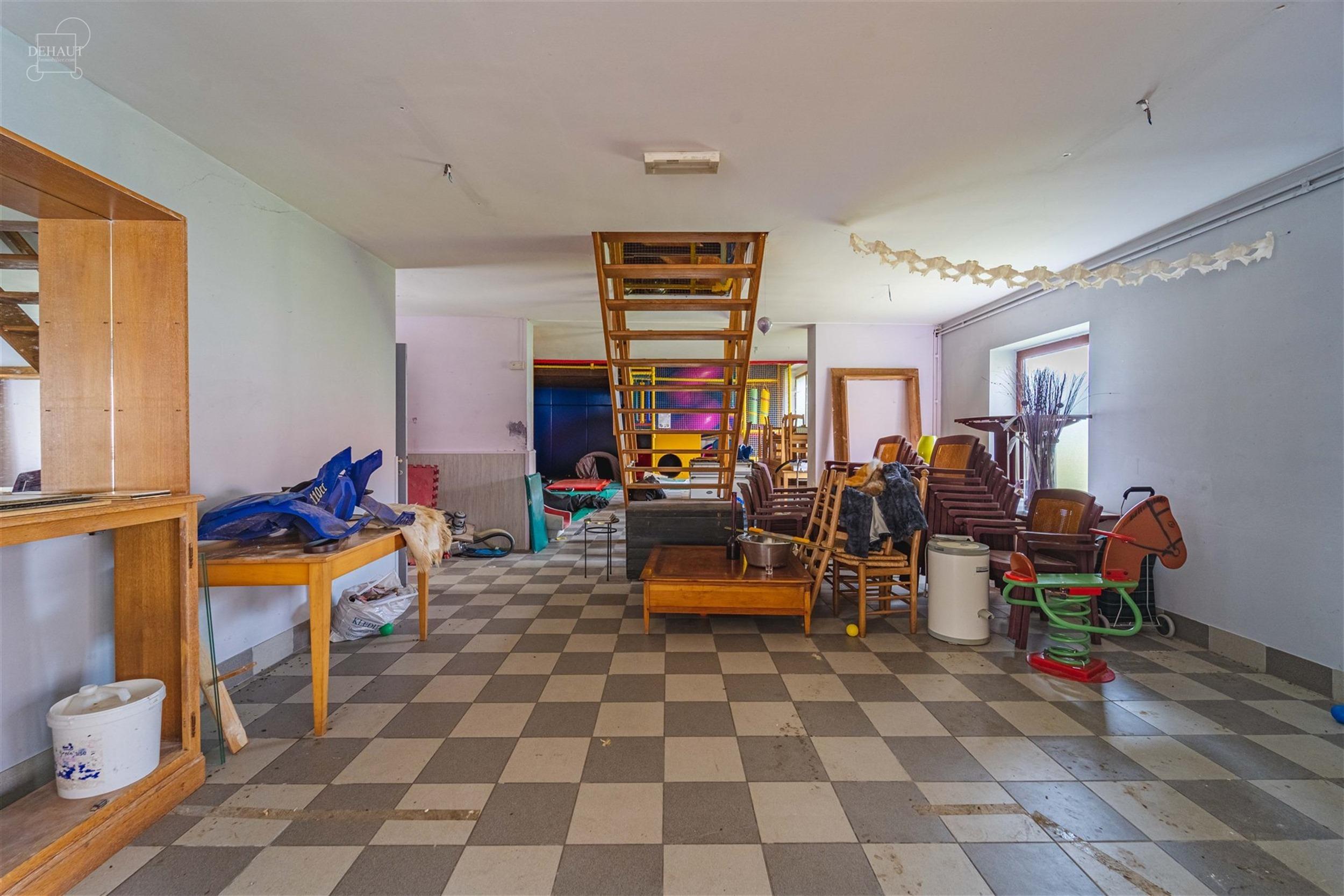 Charmant corps de ferme individuel sur env. 2000m² de terrain. Comprenant au RDC un espace ouvert avec cuisine et partie sanitaire d'env. 229m²! A ...