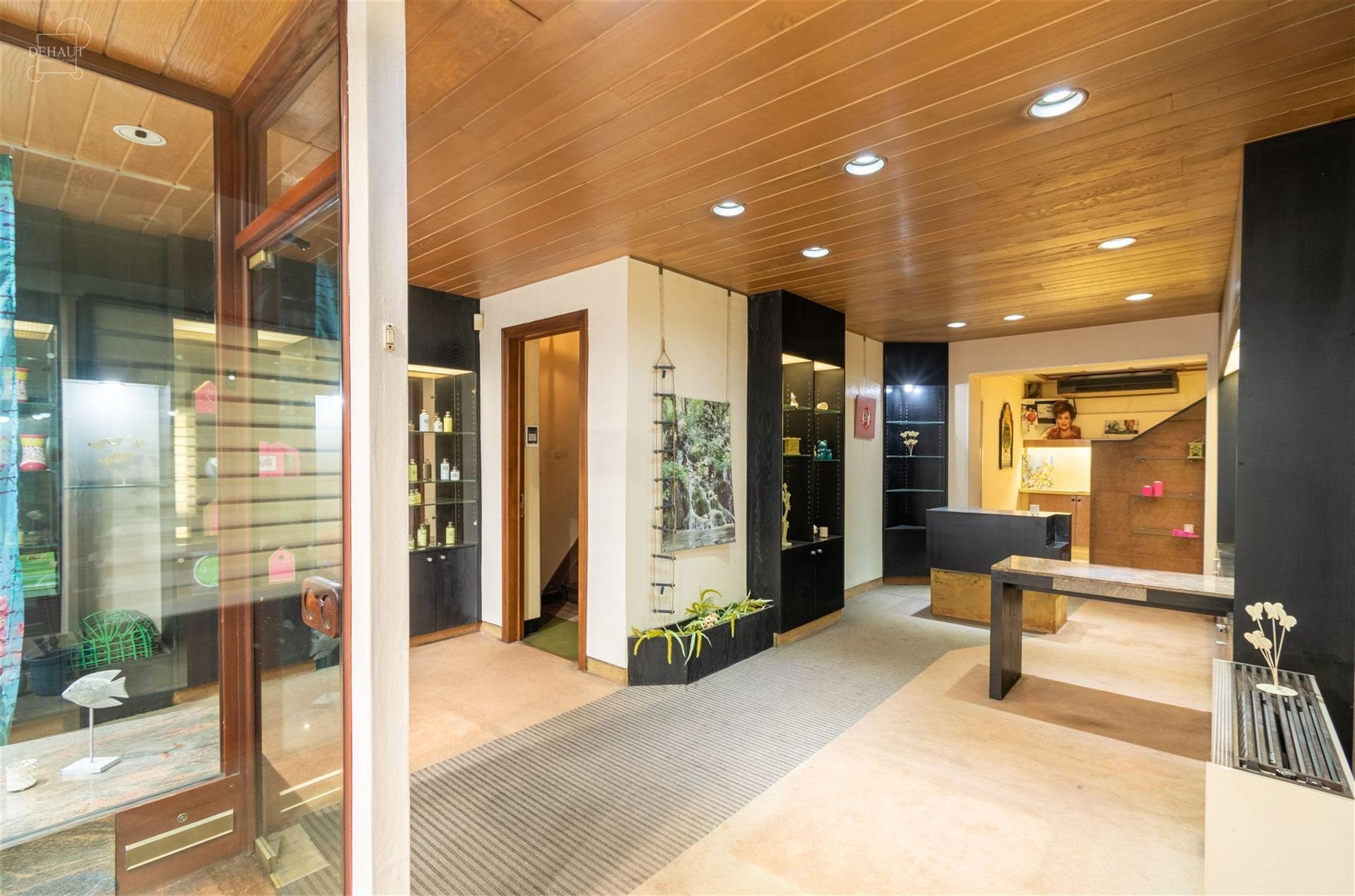 Immeuble mixte situé en centre-ville de COMINES composé d'une spacieuse surface commerciale vitrée d'env. 55m² avec bureau au rez-de-chaussée et ...